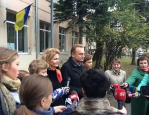 Андрей Садовый с семьей после голосования